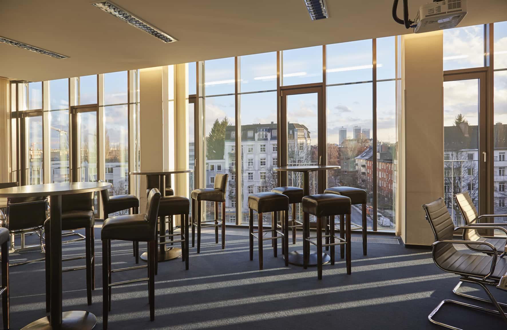 Seminarraum 1 - Stehtische   itb - Institut für Training und Beratung in Hamburg